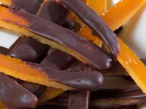 Tiras de naranja confitada con chocolate